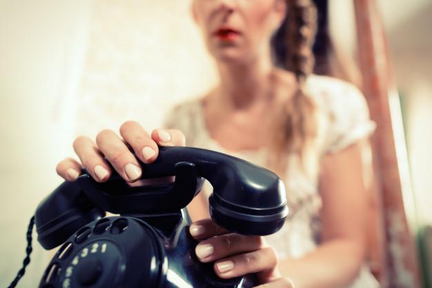 Женщина ждет звонка
