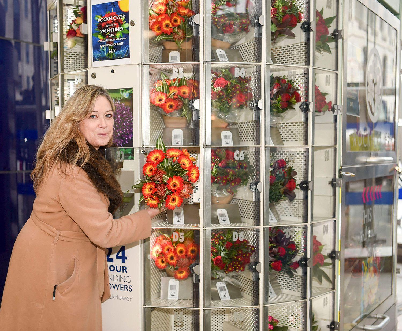 Вендинговый аппарат с букетами цветов