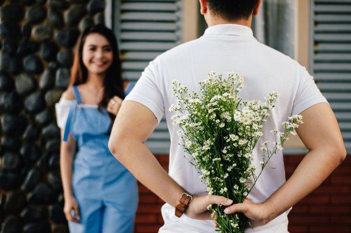 Нужно ли дарить цветы при первой встрече