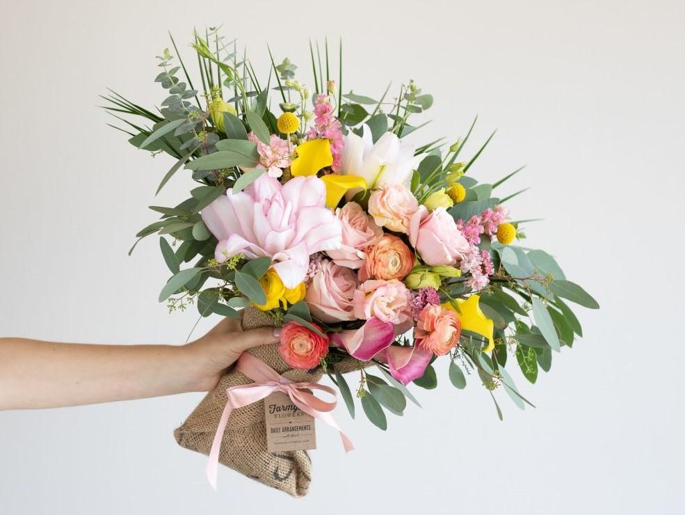 Нужно ли дарить цветы на свадьбу