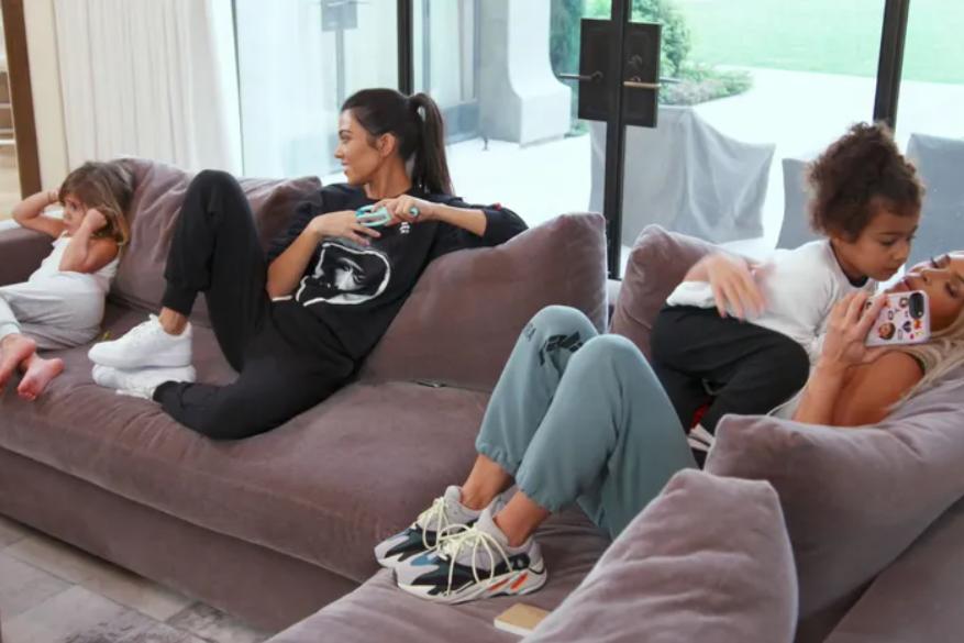 Зачем забираться на диван в обуви