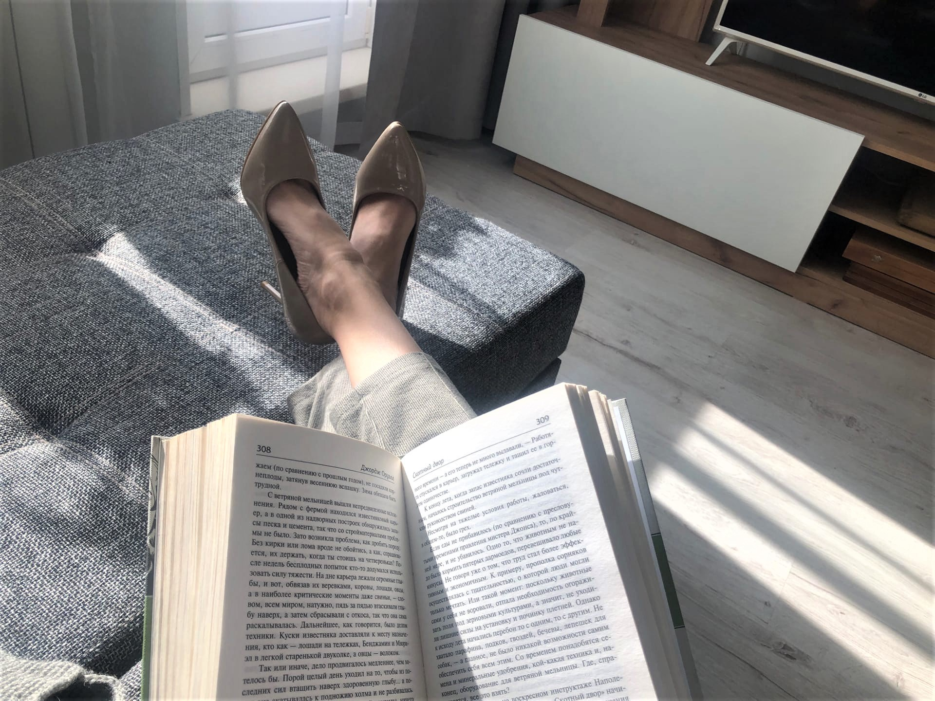 Почему в фильмах люди забираются на диван в уличной обуви